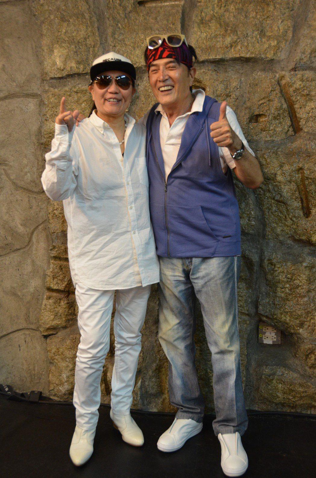 黃曉寧(左)唱貓王的歌,勾起林沖的回憶。圖/華風文化提供
