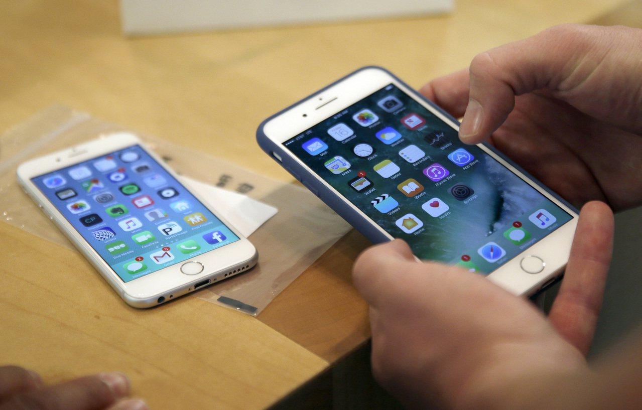 庫克認為,消費者打算等iPhone 8推出再換手機,造成上季iPhone銷售不如...