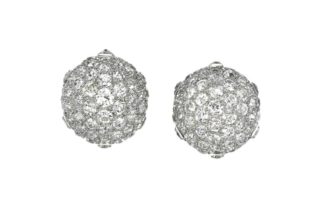 米蘭達寇兒配戴的卡地亞骨董耳環,1934年作品,鉑金與白K金鑲嵌鑽石。圖/Car...