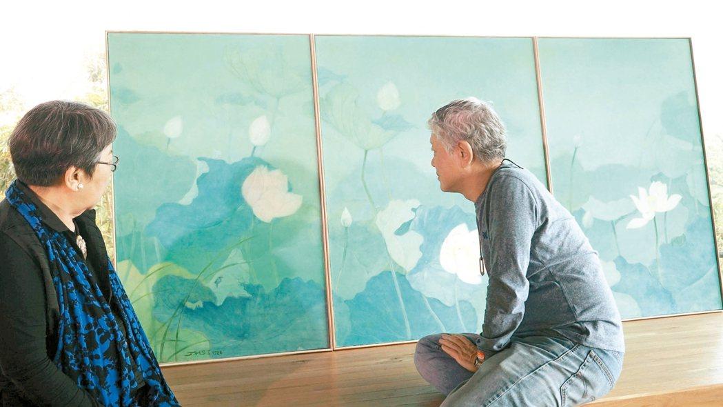 蔣勳(右)、席慕蓉兩位老師看畫。 蔣勳/圖片提供