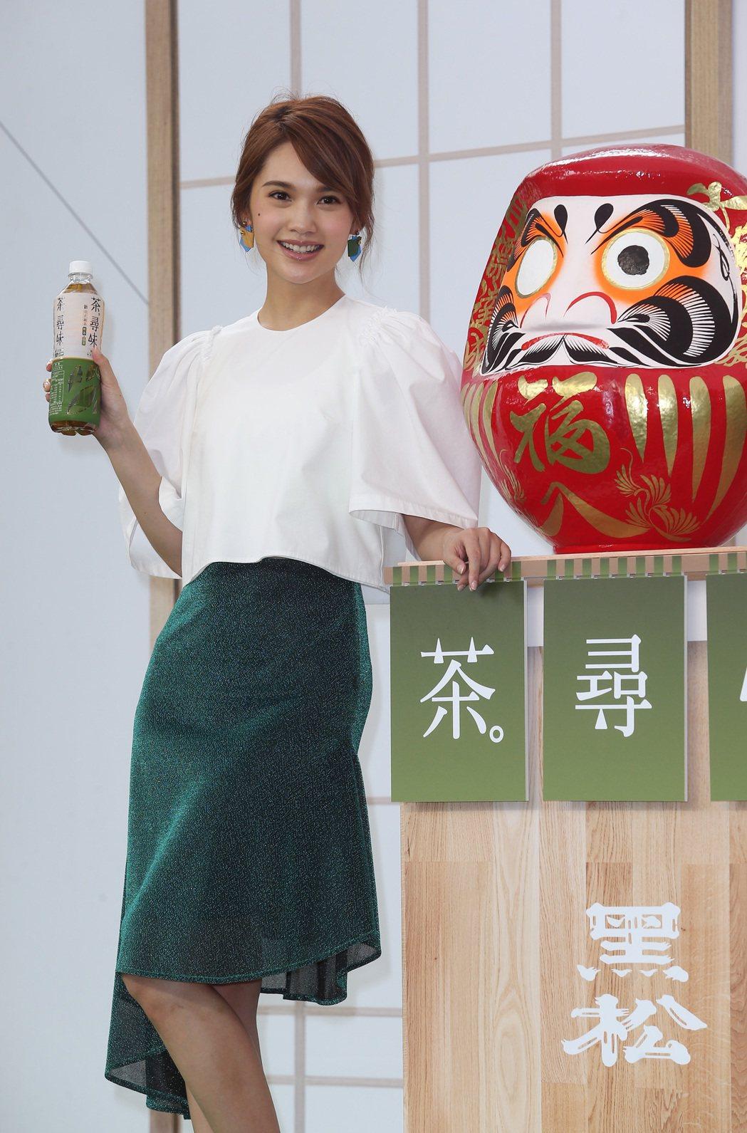 藝人楊丞琳代言老品牌茶飲料,展現多國語言天份,出道越久越耐人尋味。記者曾吉松/攝...