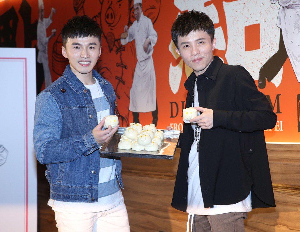 小宇(右)新專輯慶功,阿緯到場站台。記者陳瑞源/攝影