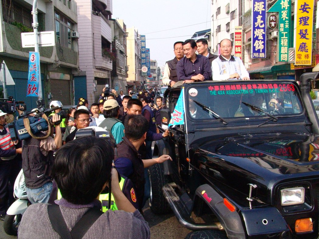 在台灣政治史上,除了林全之外,馬英九也被攔過車。當時民進黨立委候選人葉宜津攔下馬...