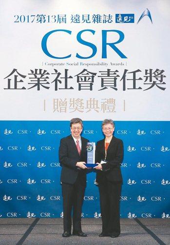 遠傳電信獲得遠見CSR獎,由副總統陳建仁(左)頒發,總經理李彬(右)代表領獎。 ...