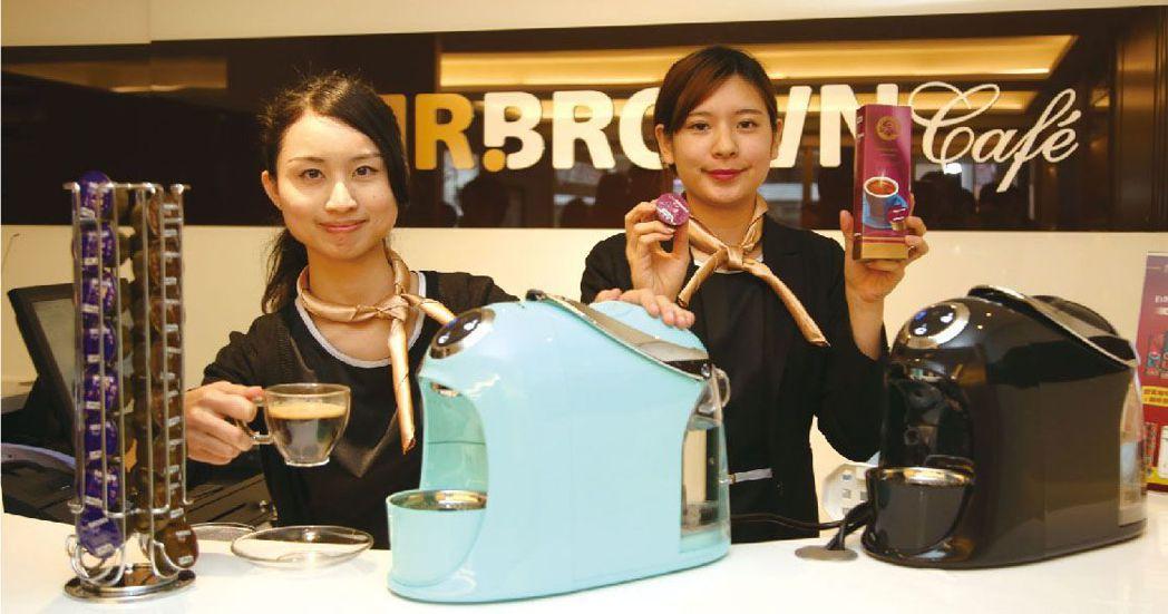 MR. BROWN Café的膠囊咖啡機外型時尚簡約,是今年母親節最佳獻禮。  ...