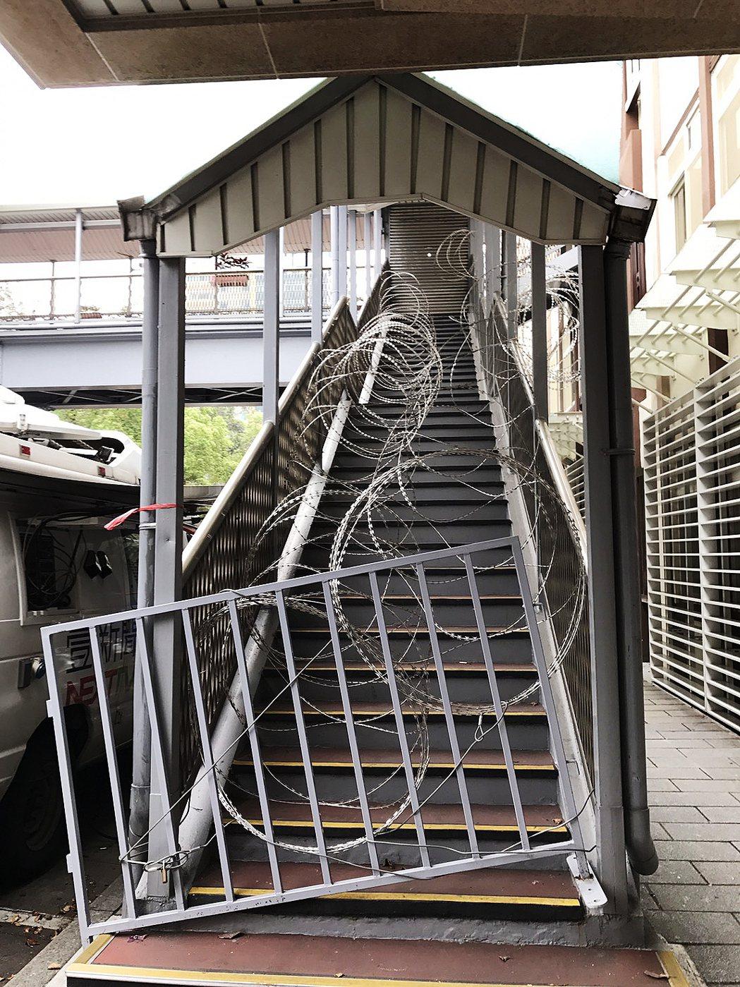 連接立法院和立委辦公室青島一館的天橋也出現了上布滿刀片蛇籠,讓路過民眾都嘆為觀止...
