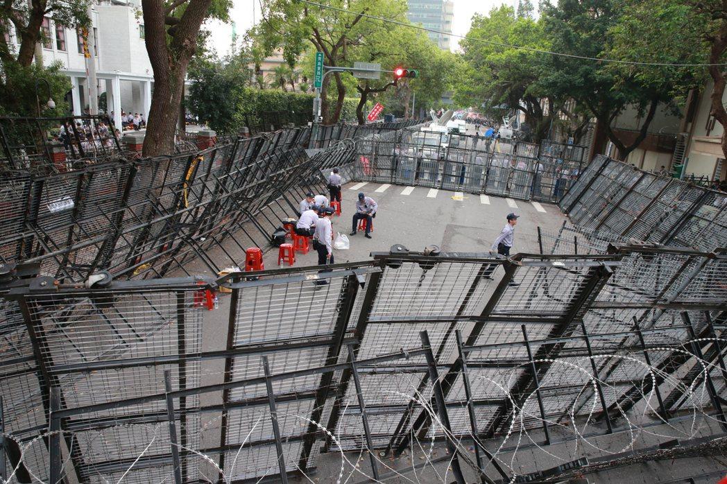 立法院前的層層的拒馬、護欄及蛇籠等,儼然台灣5月最熱的地景。 報系資料照