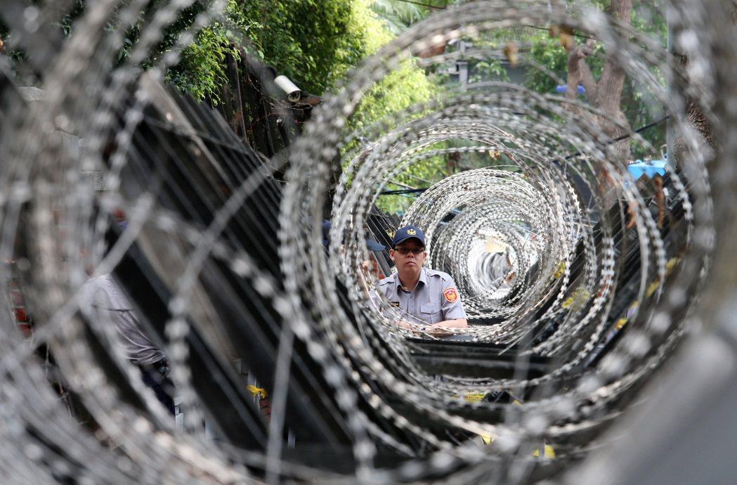 蔡政府上台一年抗爭不斷,負責維安的警察被累翻。 記者胡經周/攝影