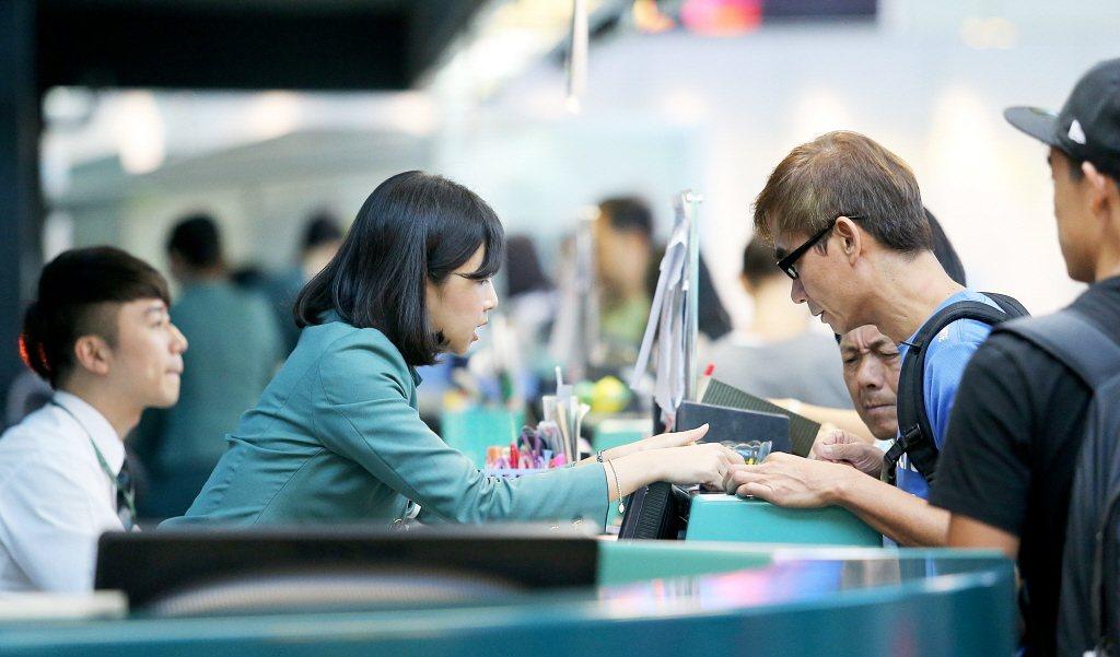 長榮航空今天宣佈,將招募約100名地勤人員,客運運務、貨運運務、客服、組員調派、...