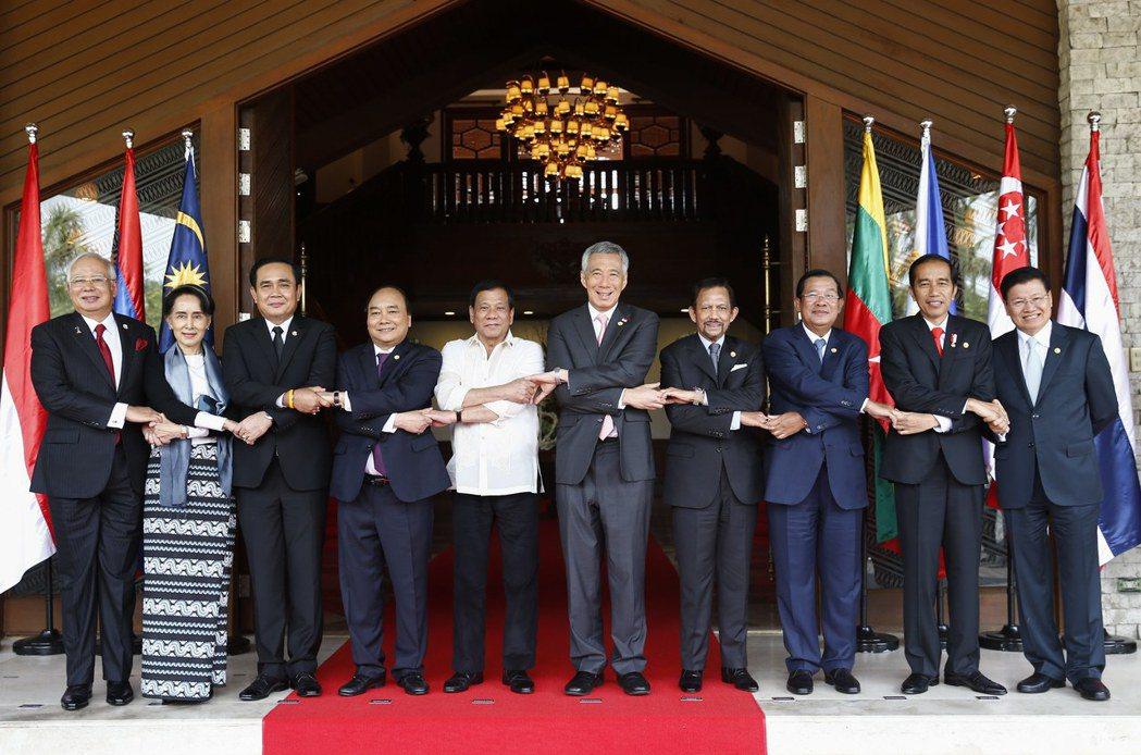 藉由東協輪值主席一職在任內推動〈南海行為準則〉,巨大的成就足以讓杜特蒂在菲律賓與...