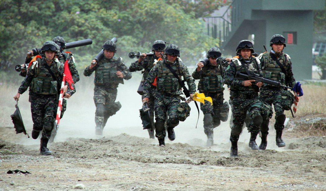 「戰傷救護」是戰鬥人員最大的後盾。 報系資料照