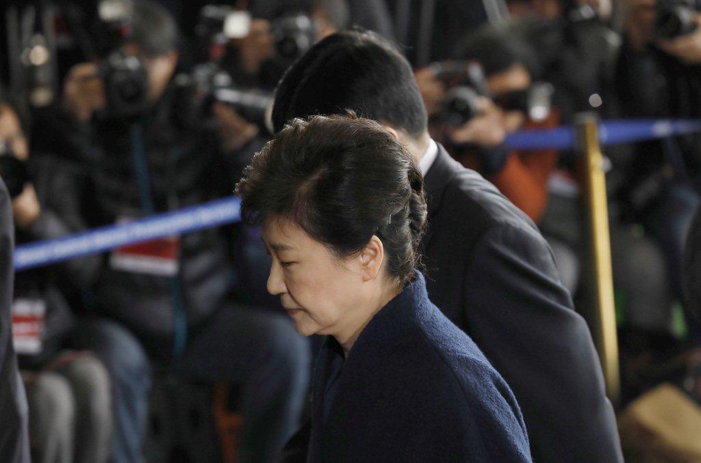 朴槿惠曾於執政期間提出修改憲法,提倡「總統連任」之意見,然而別說要尋求連任,她甚...