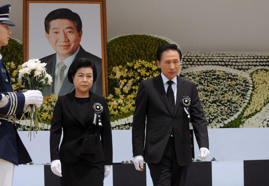 第十七任總統李明博及其夫人金潤玉,出席第十六任總統盧武鉉之告白式。 圖/歐新社