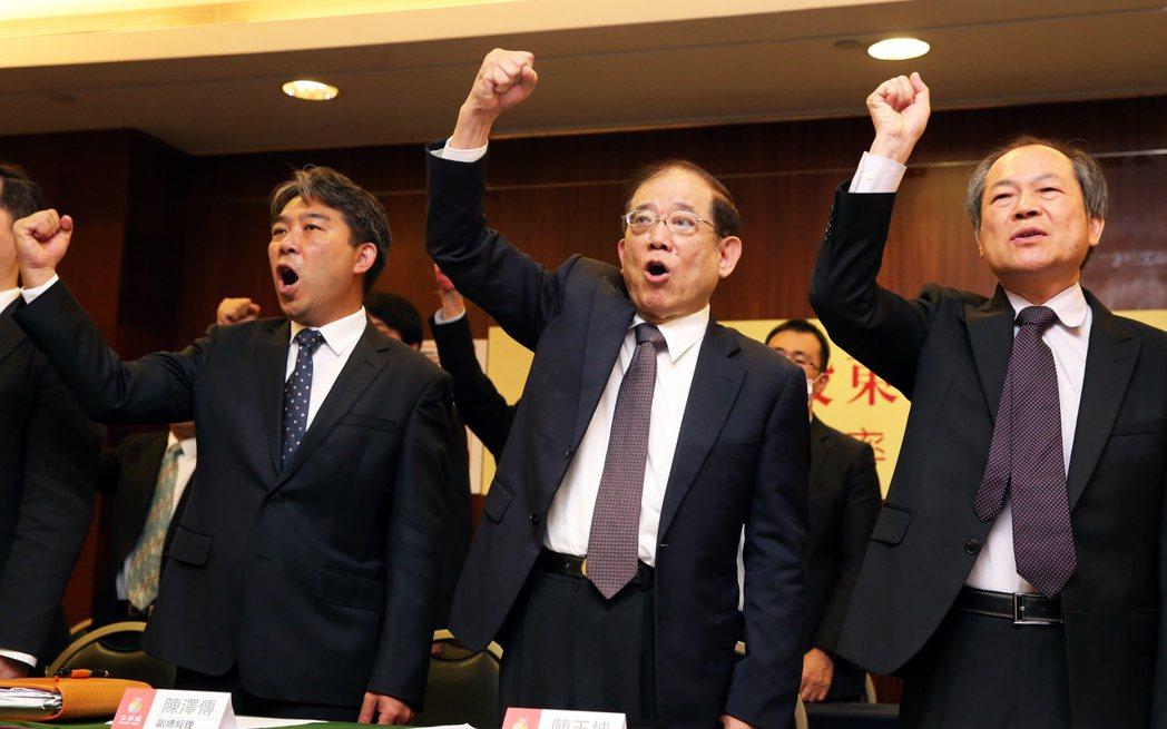 陳玉坤(中)與出席主管舉臂握拳要求柯市府主持公道。記者徐兆玄/攝影