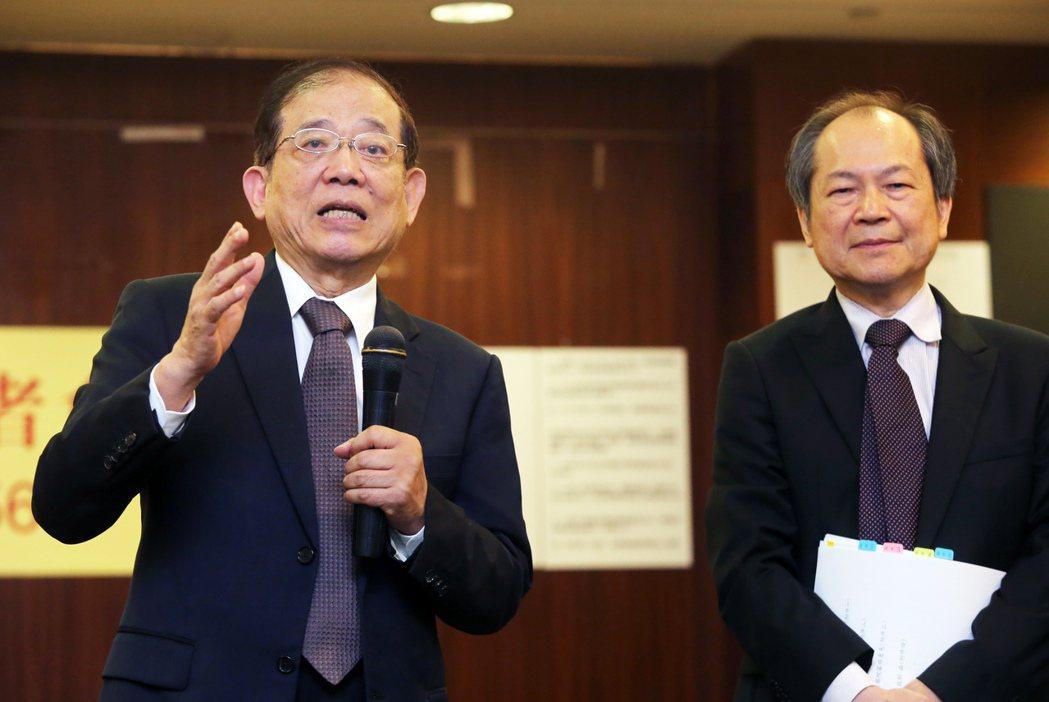 陳玉坤(左)說明京華城容積率長期遭錯誤解讀從560%降為392%,造成股東權益蒙...