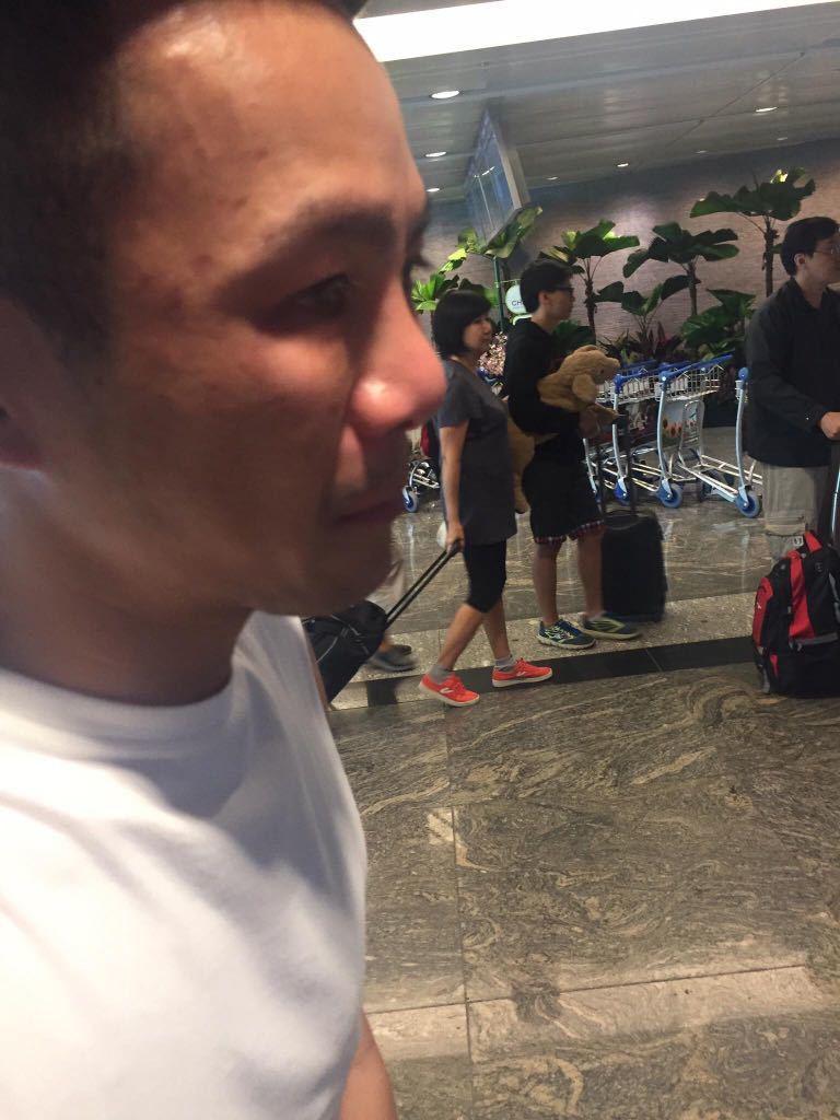 鄧養天日前在新加坡機場被拍到,不知為何淚流滿面。圖/讀者提供