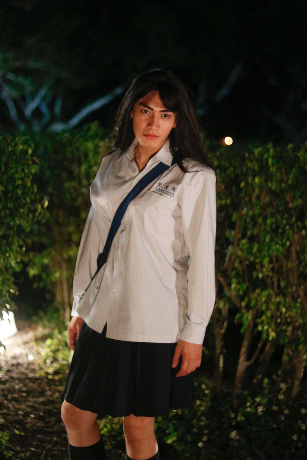 宋柏緯在「天降神機」中穿上G奶扮女裝又挑戰「噴麵」。圖/緯來提供