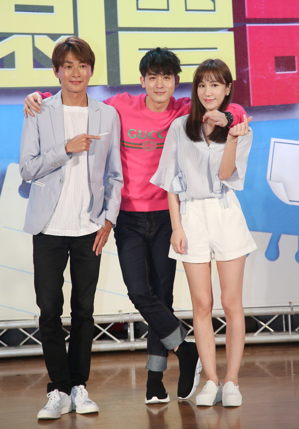 MTV「校園會課室」錄影,由吳建恆(左)與APPLE(右)主持,吳思賢(中)擔任...