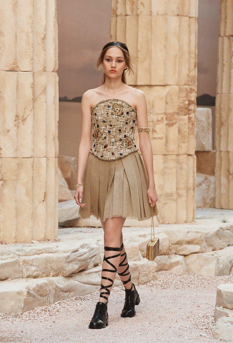 希臘步兵勇士形象的傳統服飾,則改以刺繡如盔甲樣式的棉麻上衣搭配百褶迷你短裙,在剛...