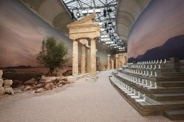 卡爾拉格斐將巴黎大皇宮弧形曲線長廊(Galerie Courbe)打造成帕德嫩神...