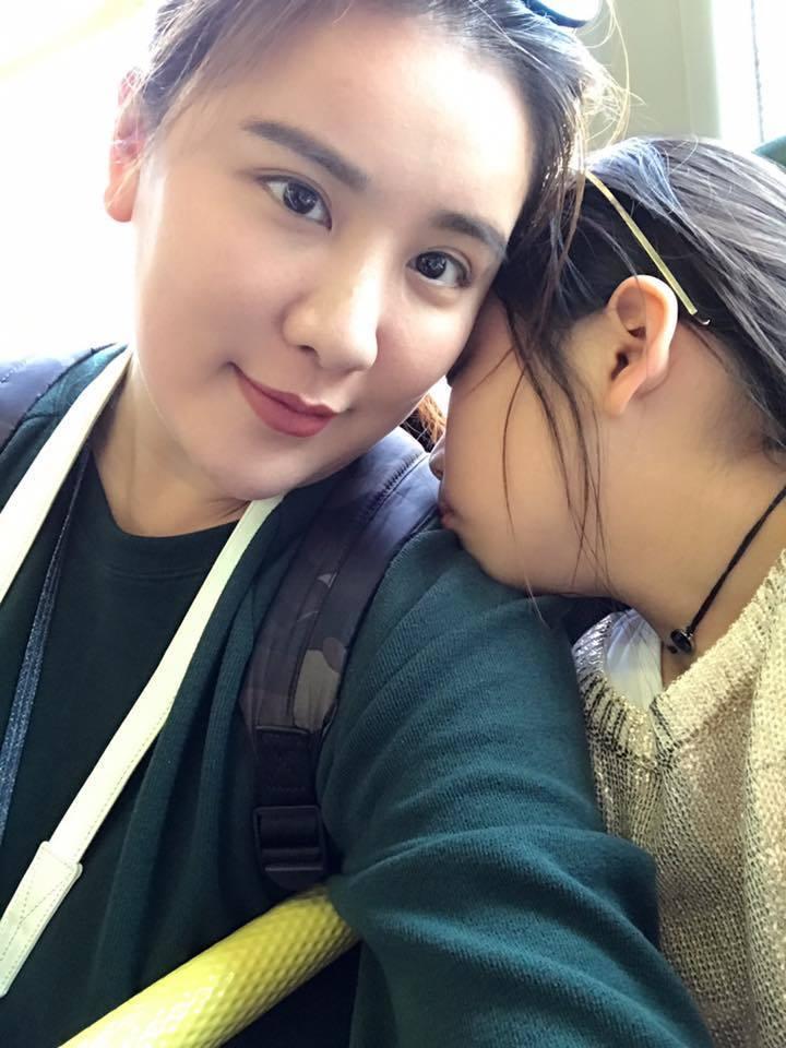 小禎因為女兒下「犀利人妻」的音樂,重新回想到婚變7年的心情。圖/取自臉書