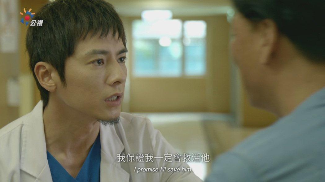 李國毅在「麻醉風暴2」飾演的醫生,向家屬承諾會救活病患。圖/公視提供