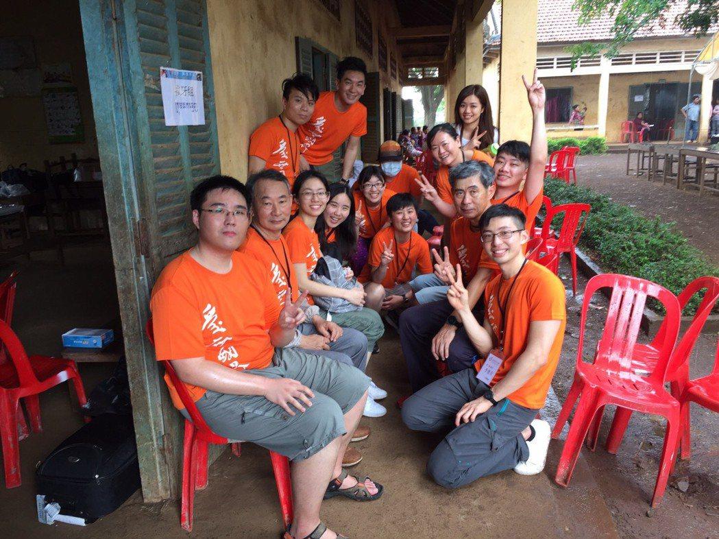 梁修身和政大EMBA同學們前往柬甫寨當義工。圖/梁修身提供