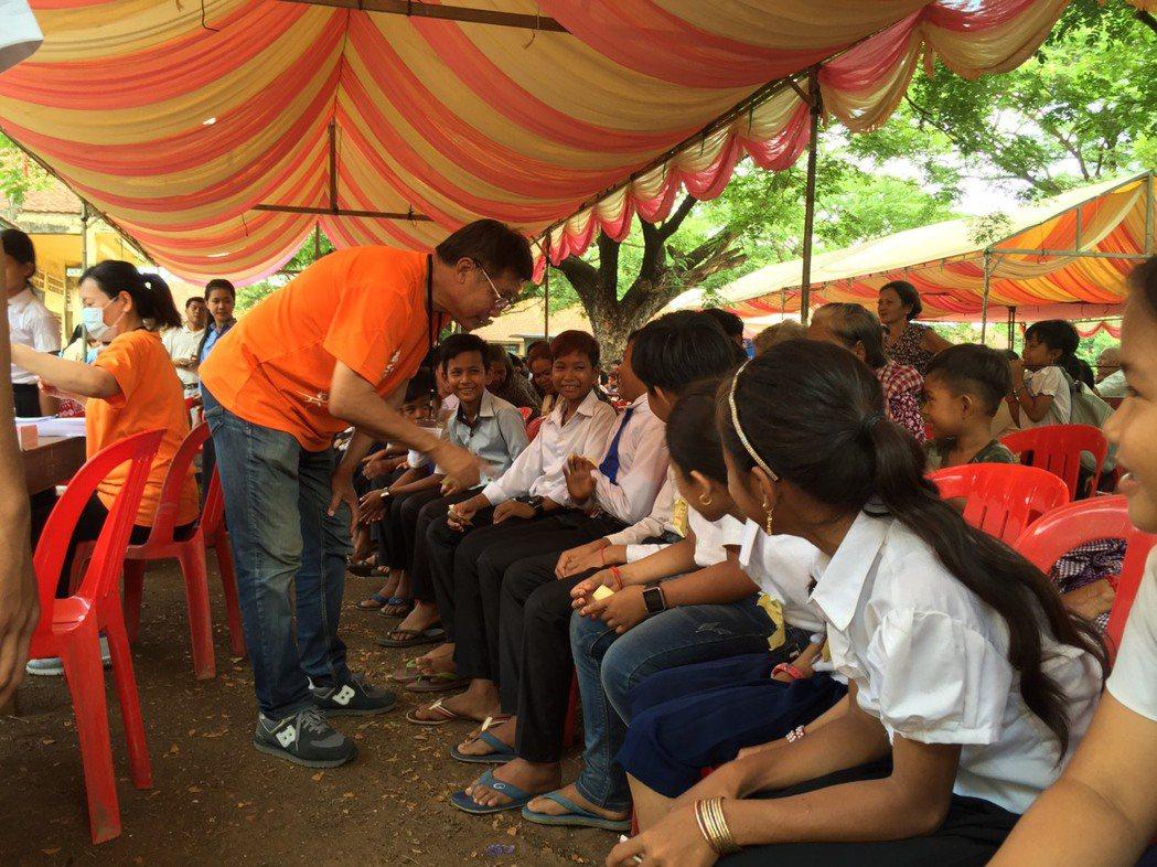 導演梁修身與台灣醫療團隊前進柬甫寨為當地進行義診服務。圖/梁修身提供
