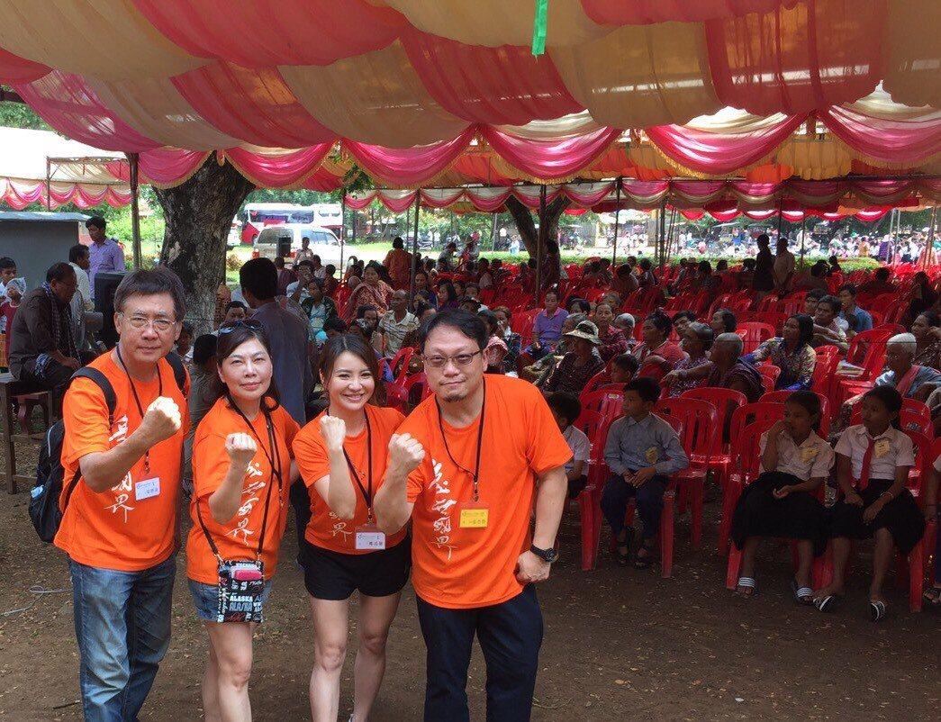 梁修身(左)和他的政大EMBA同學們一起在柬埔寨做義工。圖/梁修身提供