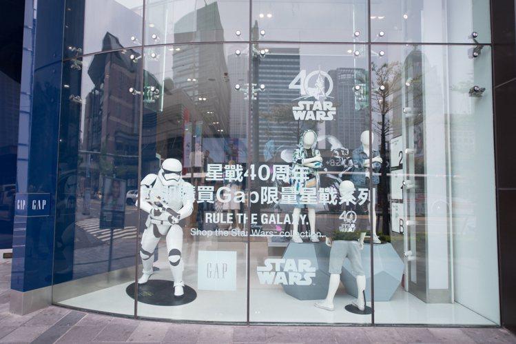 快時尚大牌GAP趁勢推出星戰主題櫥窗與服飾。圖/迪士尼提供
