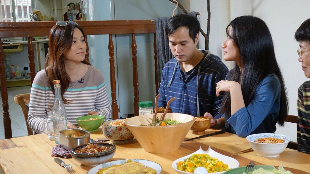 張鳳書(左)上公視「誰來晚餐」。圖/公視提供