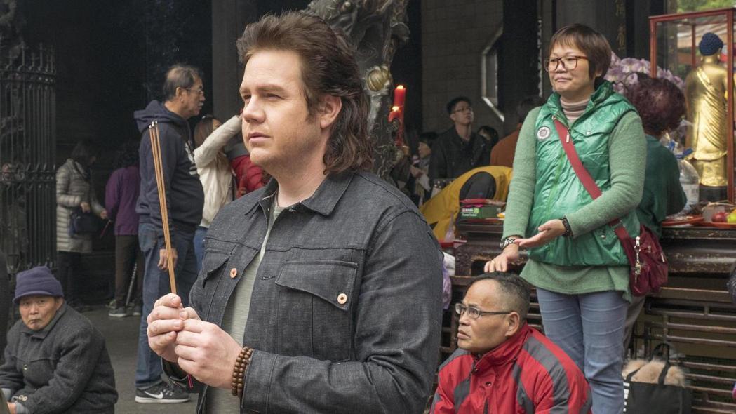 「陰屍路」男星喬許麥克德密曾於2月訪台,前往龍山寺安太歲。圖/福斯提供