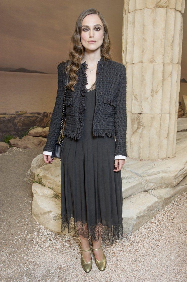 好久不見的綺拉奈特莉以一襲黑色斜紋軟呢流蘇緄邊外套內搭黑色蕾絲長洋裝現身,配上金...