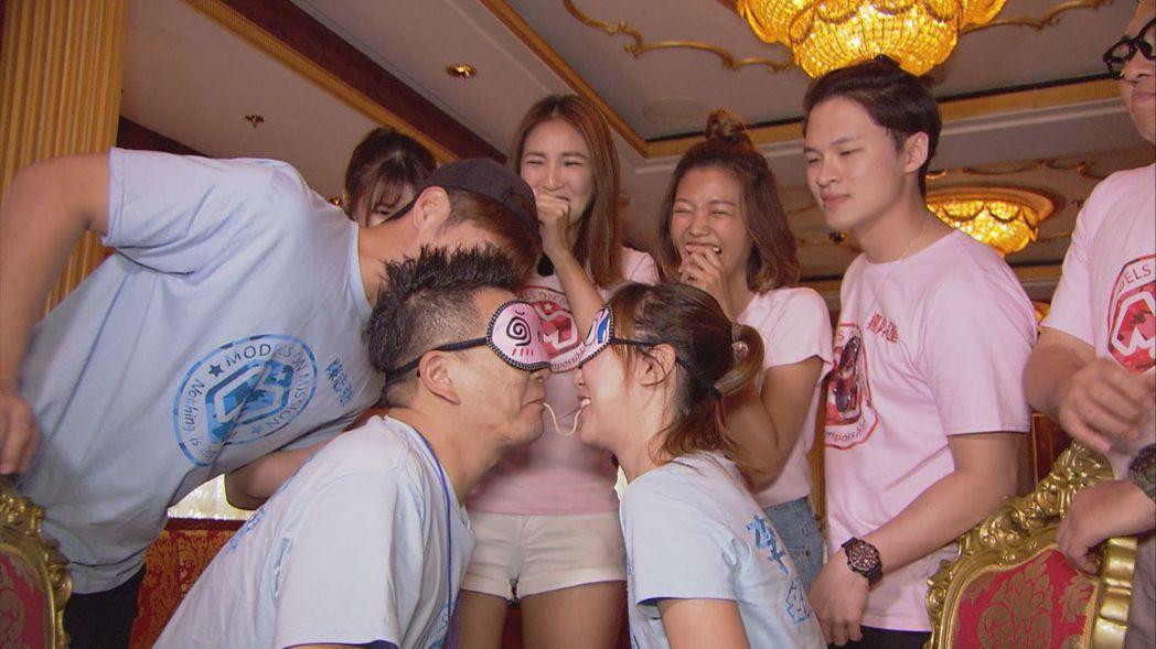 李懿(前排右)和沈玉琳(前排左)玩吸吸樂遊戲。圖/中視提供