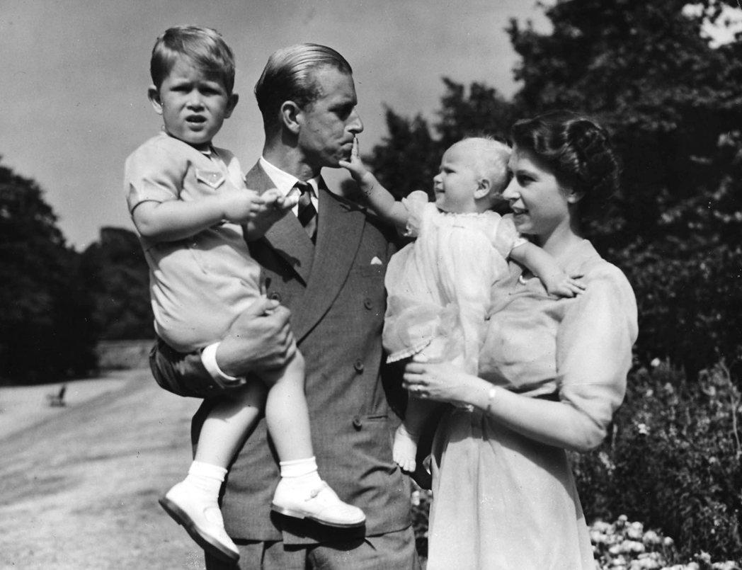 英國伊麗莎白公主1951年與夫婿菲利普抱著兒女查爾斯與安妮。 (美聯社)