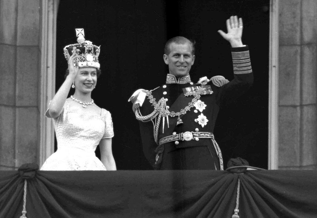英國女王伊麗莎白二世1953年1月2日在西敏寺加冕後,與夫婿菲利普親王在白金漢宮...