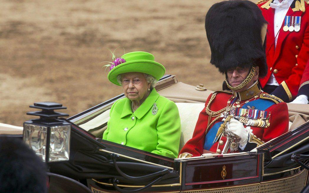 英國女王伊麗莎白二世與夫婿菲利普親王去年六月搭馬車參加皇家閱兵遊行活動。 (歐新...