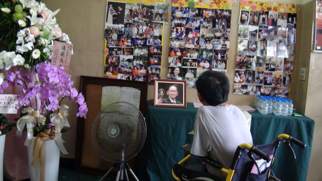 一代聲音巨人李季準沉睡了,張貼在靈堂的照片,令人無限追思 。記者王昭月/攝影