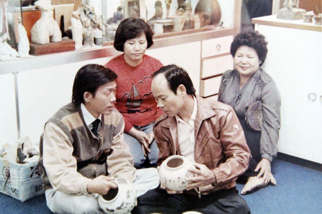 李季準(左)曾告訴兒子李孟孜,自己不懂的卻有感想,那是騙人的,因此他製作節目一向...