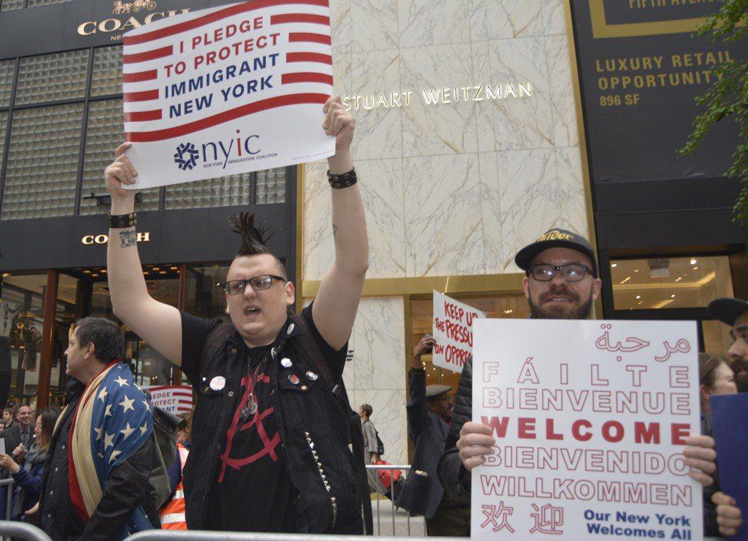川普擔任總統後首次回紐約,遭眾人抗議。(記者俞姝含/攝影)