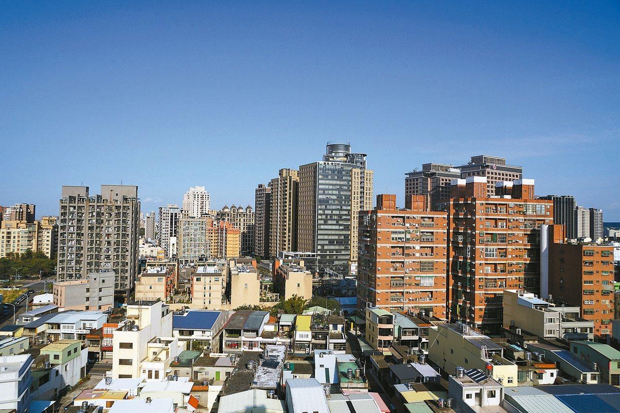 永慶房產集團統計最新實價揭露資料,今年前九月台北市公寓的價量表現,與去年比較呈現...
