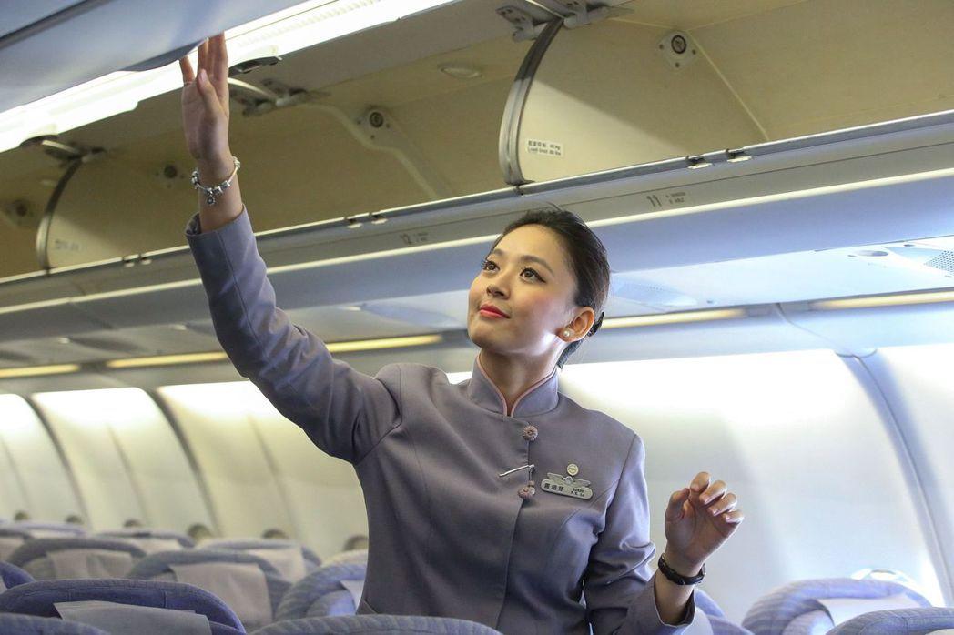 空姐好忙,最怕遇上搭機奧客來亂。 報系資料照