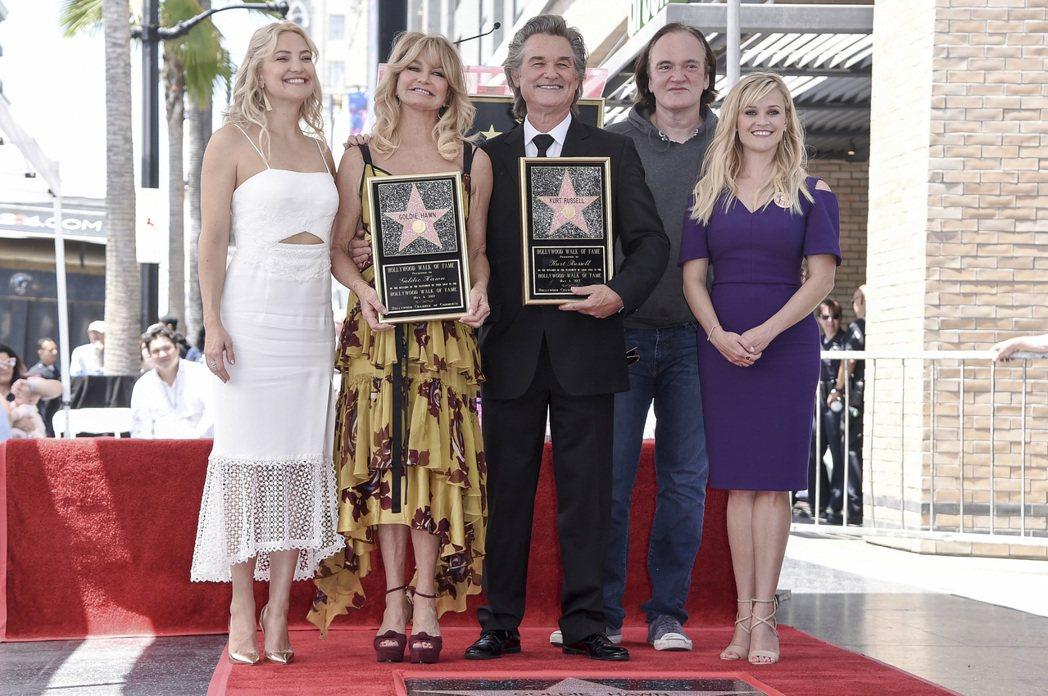 歌蒂韓的明星女兒凱特哈德森(左一)、女星瑞絲薇絲朋(右一)和大導演昆汀塔倫提諾(...