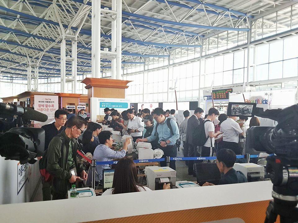 首爾車站內,來自南韓各地的民眾,搭車經過時,順道參加事前投票,這次人潮比起去年國...