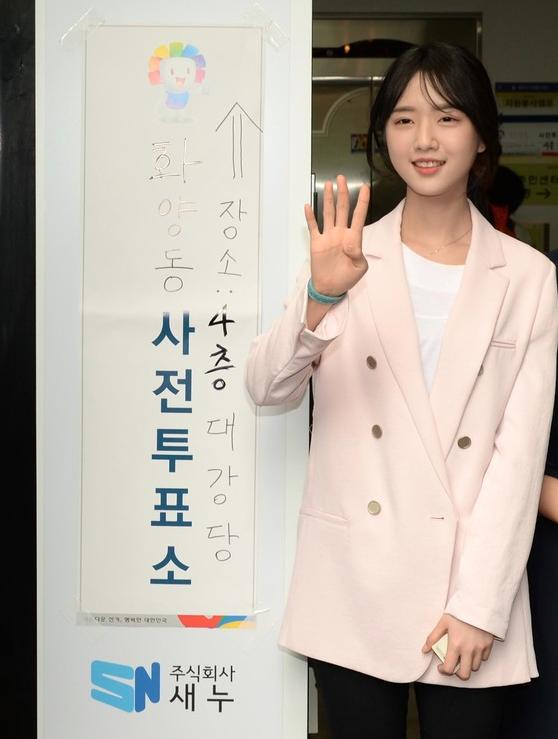 高人氣的南韓候選人劉承旼女兒完成投票/圖片擷自:南韓中央日報