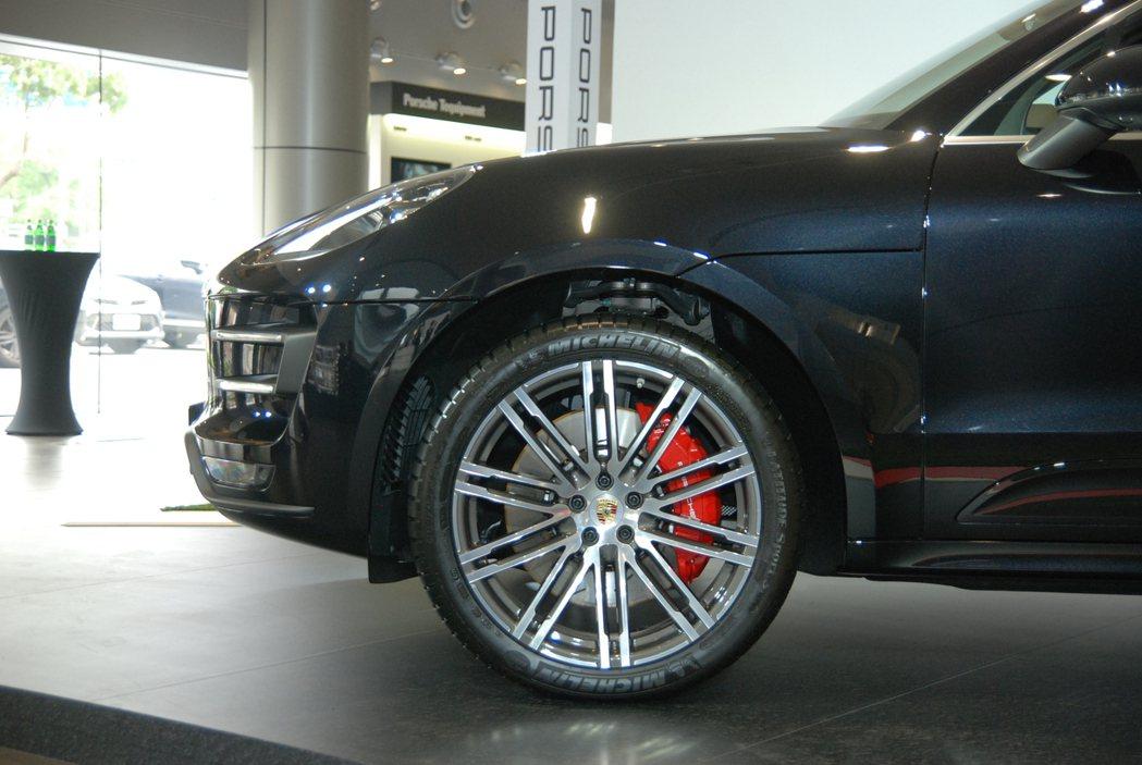 Macan Turbo 性能升級版的前輪配置 390 mm交叉鑽孔式碟盤,並採用表面施以紅色烤漆處理的六活塞煞車卡鉗。 記者林鼎智/攝影