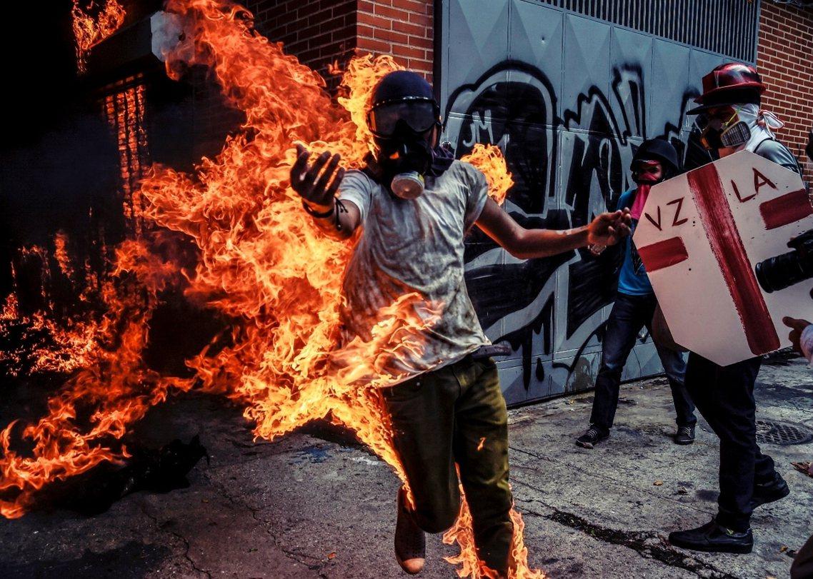 拍下照片的攝影記者巴雷托(Juan Barreto)表示,在對抗過程中,一輛警方...