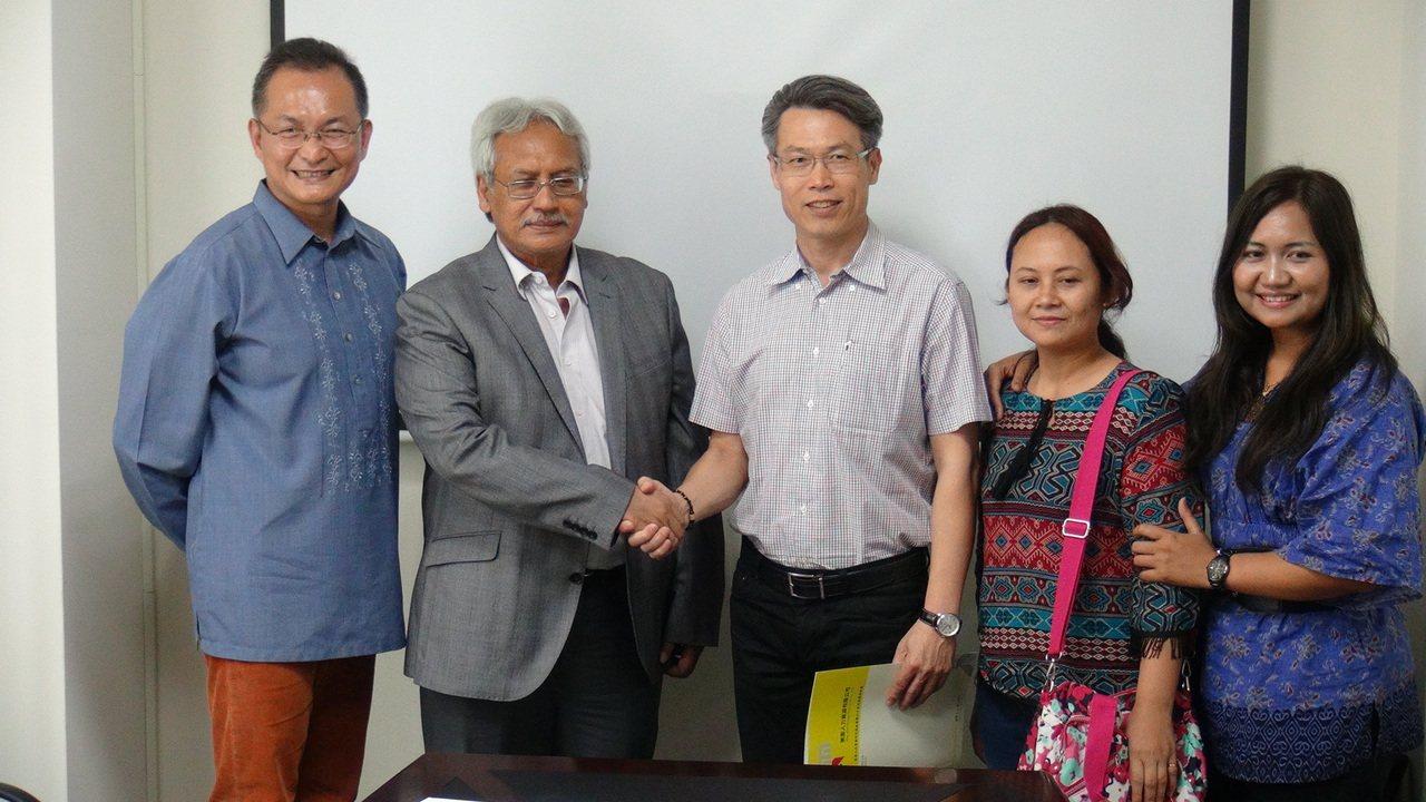 印尼海外勞保局副局長亞古斯定(左二)今天到美家人力資源公司參訪,印尼移工阿雅(右...
