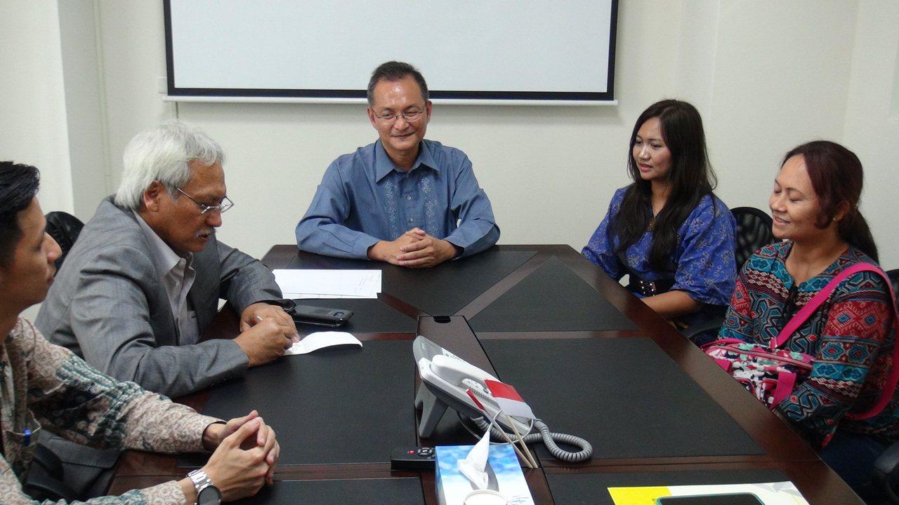 印尼海外勞保局副局長亞古斯定(左)今天到美家人力資源公司參訪,印尼移工阿雅(右)...