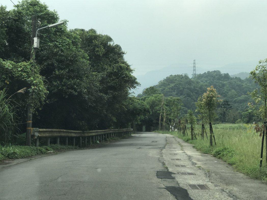 暖暖綠色隧道也要比照平溪,將路燈貼上玻璃紙。記者吳淑君/攝影